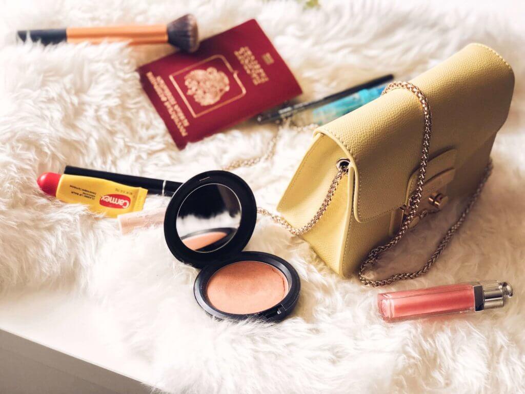 как собрать косметичку в отпуск? список средств и чек-лист