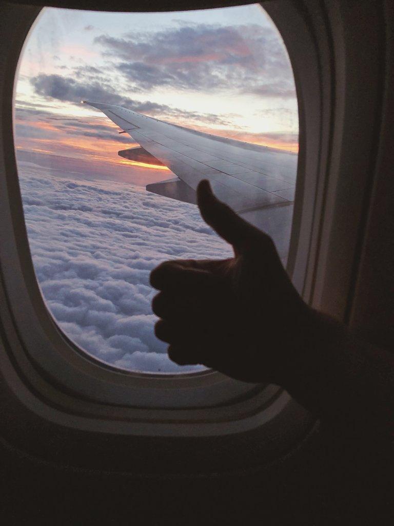 Как пережить длительный перелет? Что взять с собой в самолет? Чем заняться на борту самолета? Джетлаг. Что надеть в самолет? Как перенести долгий перелет?