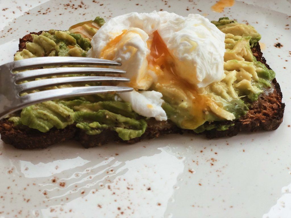 яйцо пашот. авокадо тост