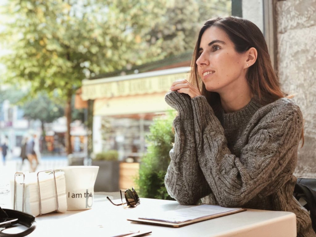 Уютный серый свитер