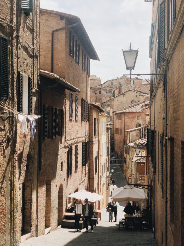 вид на улицу в Сиене Тоскана