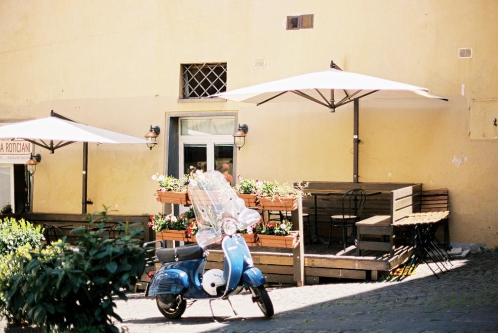 мопед Веспа на улицах Италии