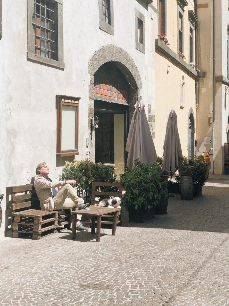 мужчина на веранде кафе