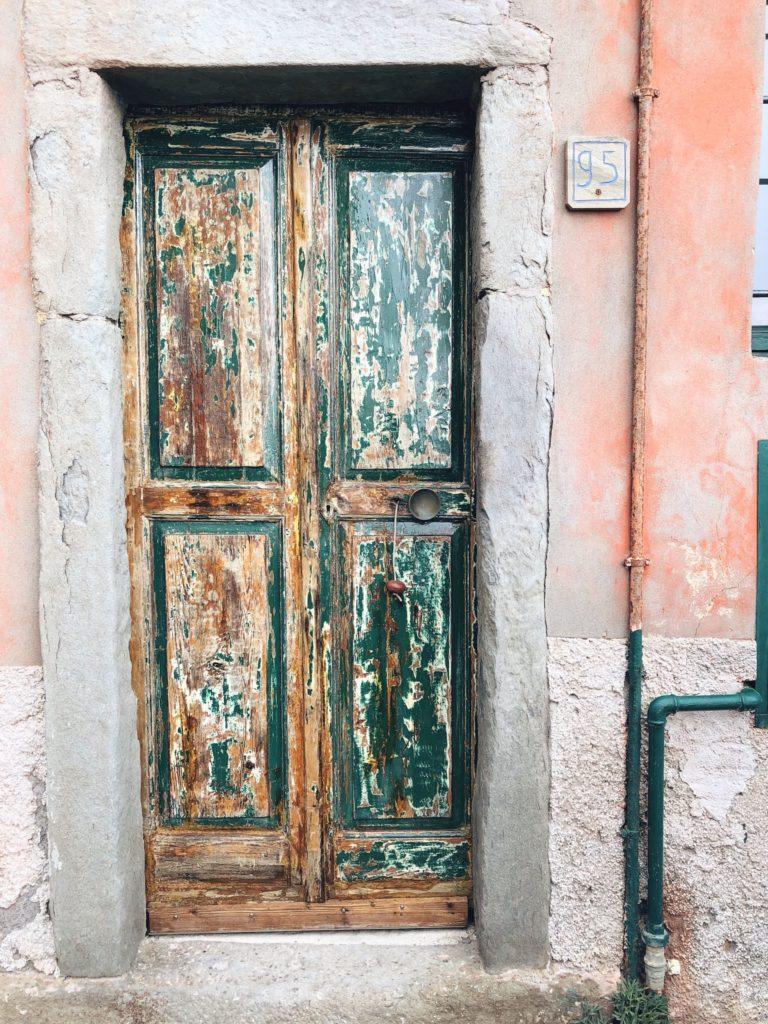 двери цветных домиков чинкве-терре