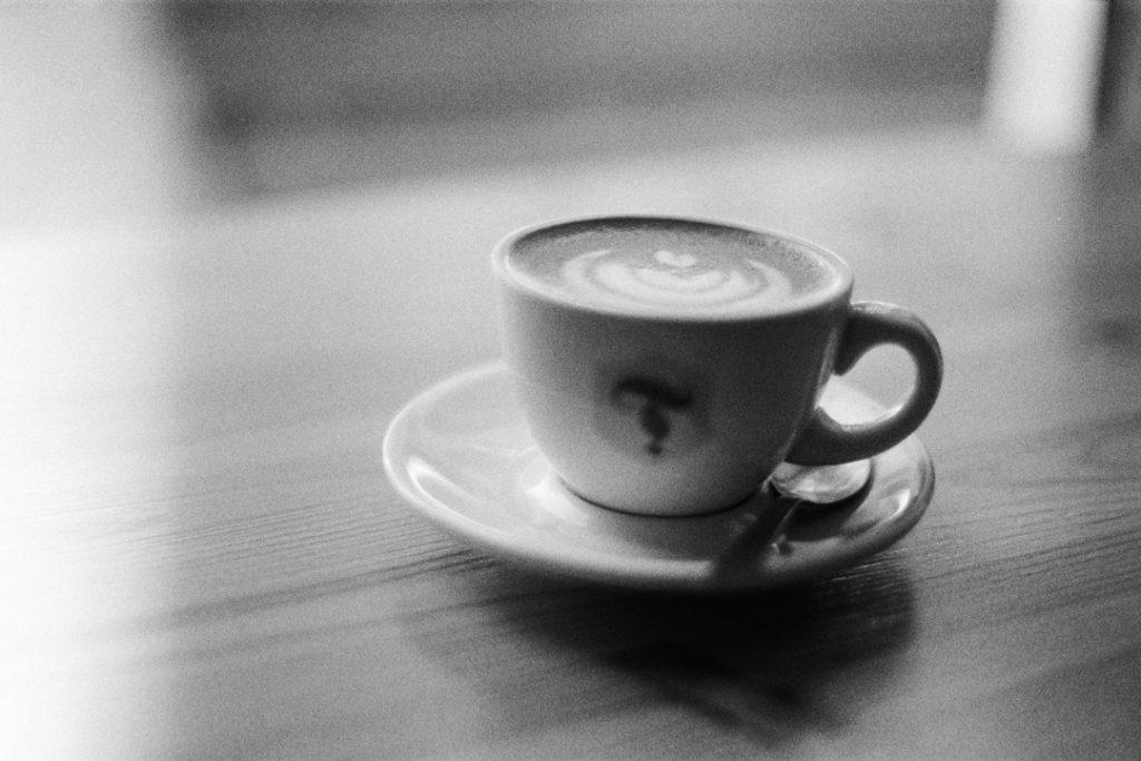 черно-белое фото чашки капучино