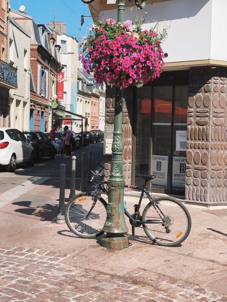 припаркованный на улице велосипед