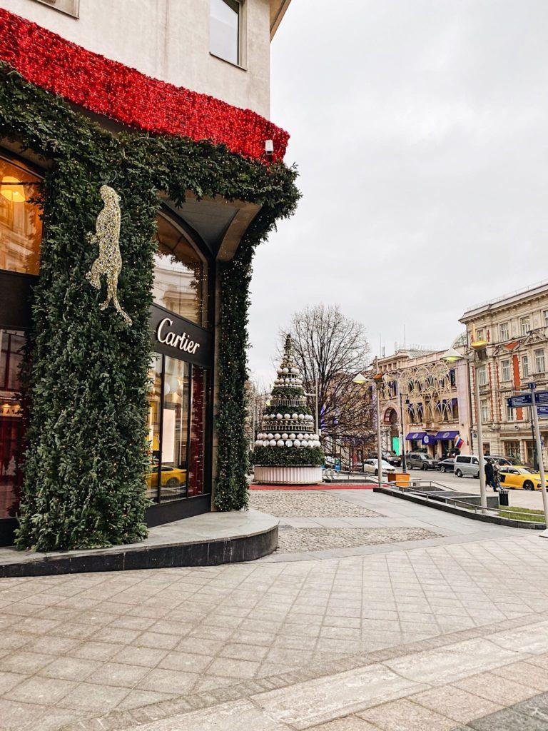 бутик Cartier в Москве новогодняя витрина