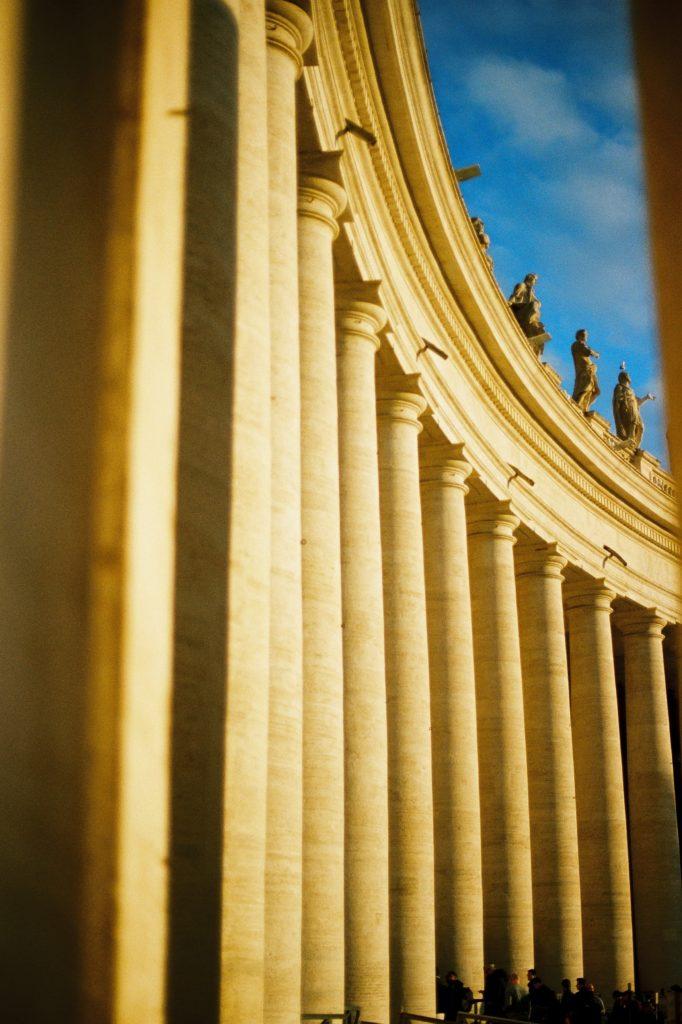 колоннада Бернини на площади святого петра в Риме Ватикан
