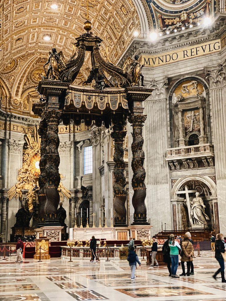 балдахин Бернини в соборе святого петра в Риме