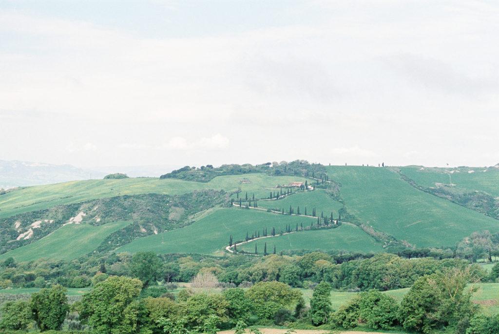 пьяная дорога Тоскана. Извилистая дорога с кипарисами Тоскана