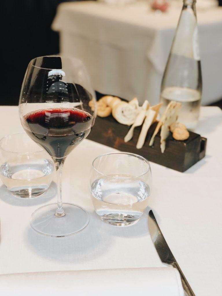 бокал красного вина и закуски