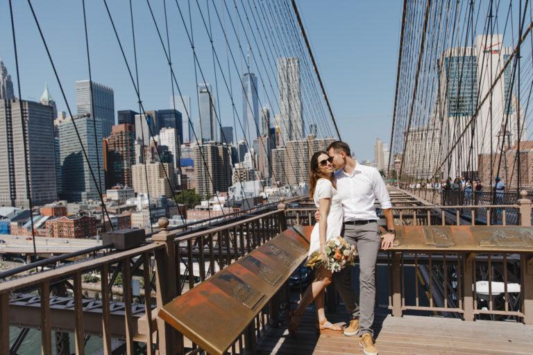 влюбленная пара на бруклинском мосту в Нью-Йорке
