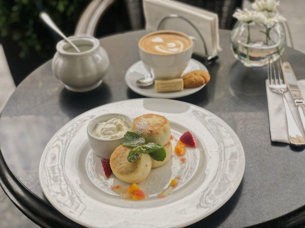 Вкусные и недорогие завтраки в центре Москвы. Вкусные сырники в Москве. кафе Молоко в Москве. Завтраки в 7 утра в Москве